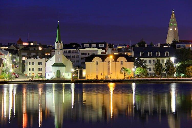 Reykjavik nocą, odbicie w jeziorze Tjornin.