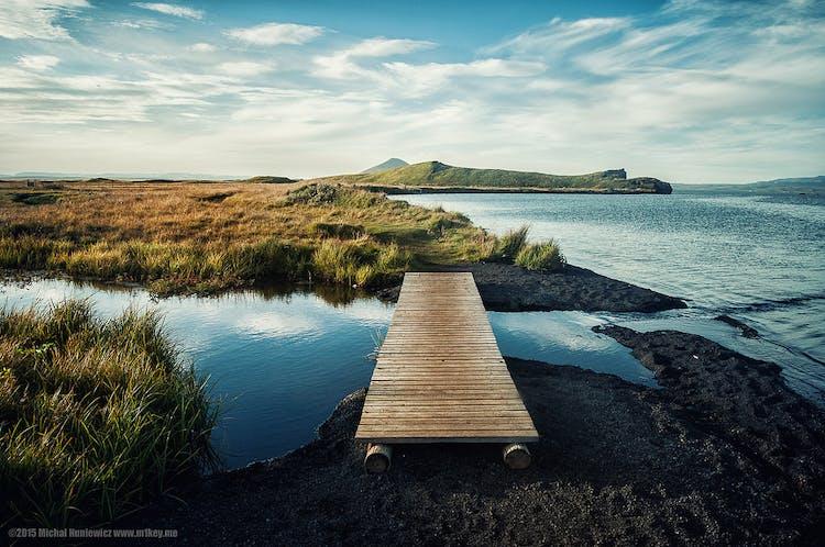 アイスランド北部のミーヴァトン湖は、ディンムボルギルなどと合わせ観光に人気の場所