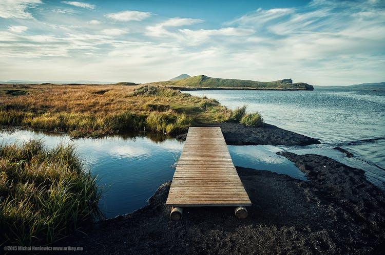 Nella zona del lago  Mývatn, i visitatori possono trovare diverse attrazioni naturali, come: gli pseudo-crateri di Skútustadagígar, le formazioni di lava di Dimmuborgir e il passo di Námaskard.