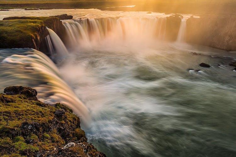 Воды реки Скьяульвандафльот, на которой находится водопад Годафосс, падают с высоты в среднем 12 метров, но его ширина составляет 30 метров.