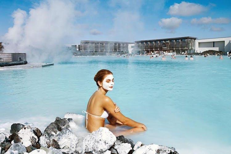El spa de la Laguna Azul no solo ofrece una lujosa experiencia de baño, sino también una excelente gastronomía, masajes e incluso tiendas.