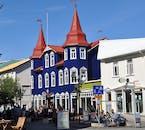 In der nördlichen Stadt Akureyri kannst du viel unternehmen und zum Beispiel einen Ausritt machen oder an einer Whale Watching-Tour teilnehmen
