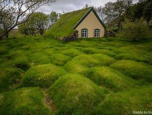 Entdecke auf einer Mietwagenreise Islands verborgene Schätze wie die Torfkirche Hofskirkja