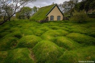 Oppdag Islands skjulte perler, som torvkirken Hofskirkja, på en leiebiltur.