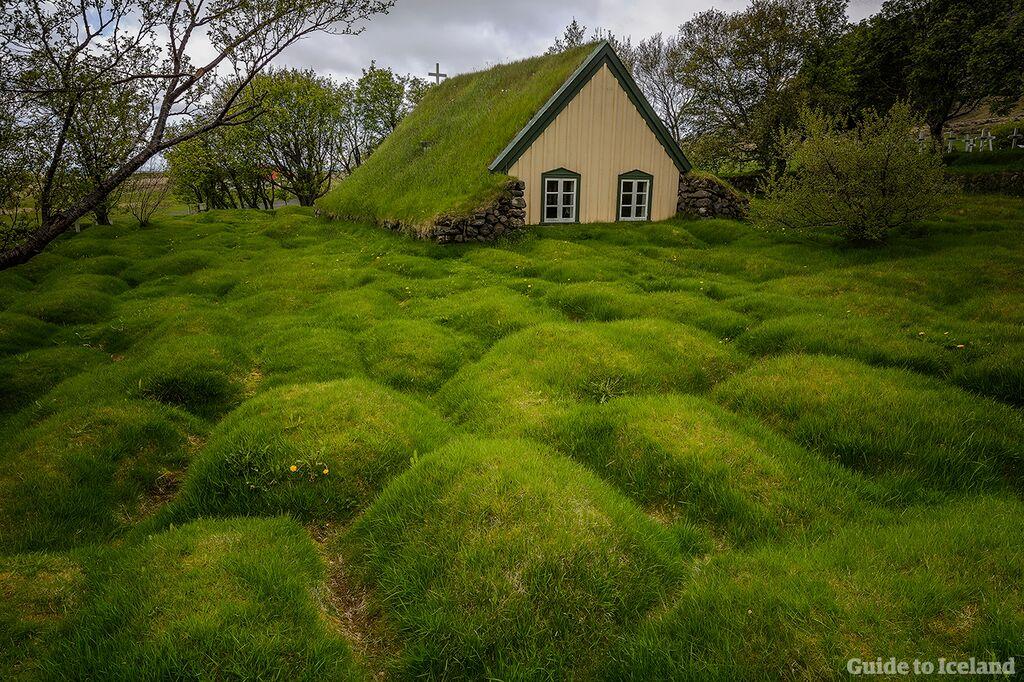 Upptäck Islands dolda skatter, som torvkyrkan Hofskirkja, med en rundtur där du kör själv.