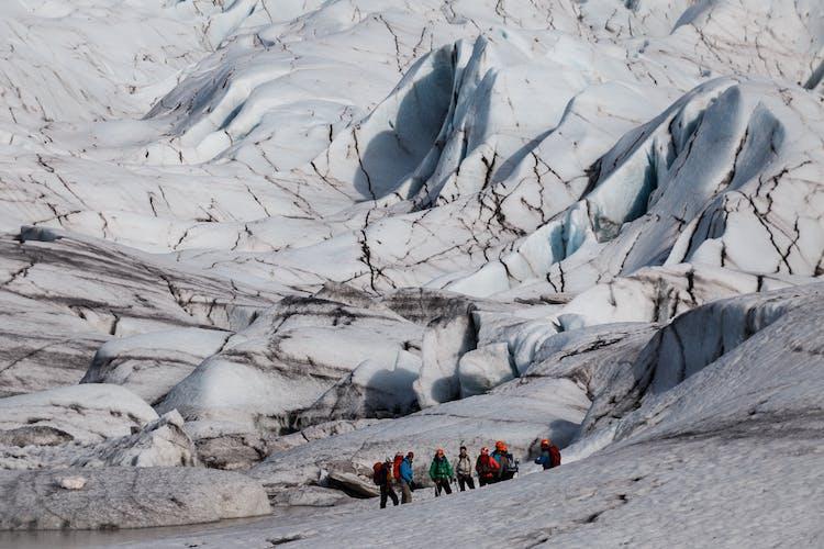 氷河には隠された危険もあるため、氷河ハイキングツアーなど必ず専門ガイドとともに楽しむこと