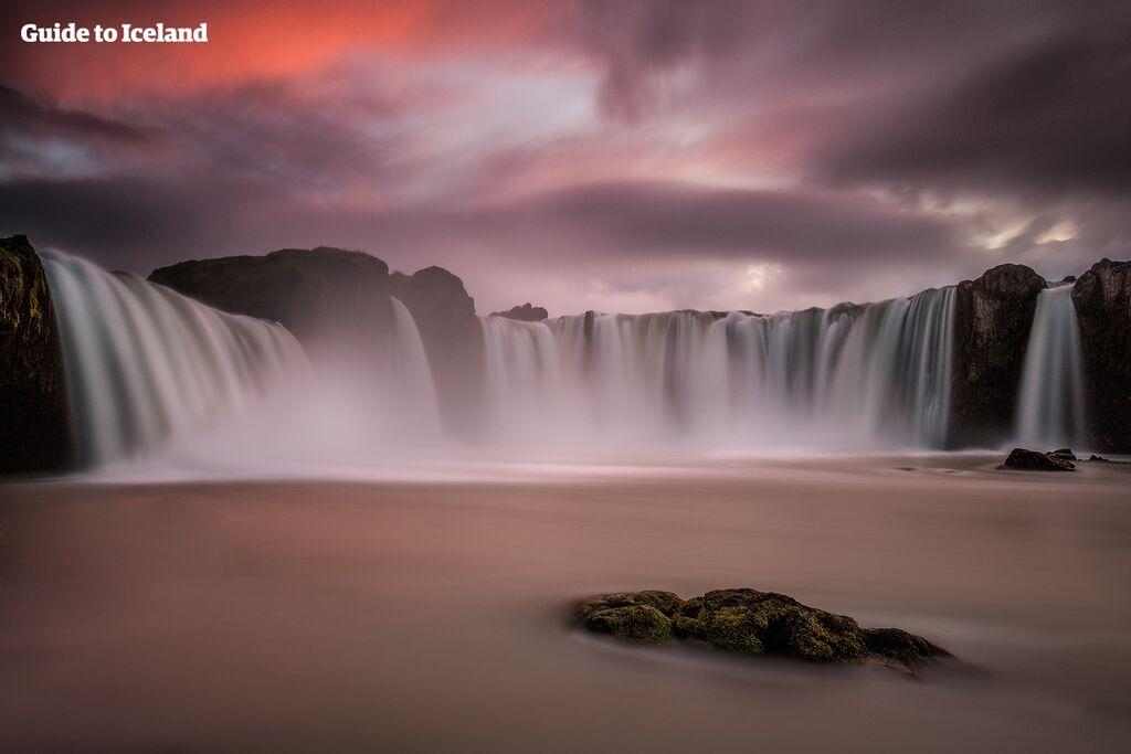Alle Besucher, die auf der Ringstraße durch Nordisland fahren, sollten am Wasserfall Goðafoss anhalten, der hier unter der Mitternachtssonne zu sehen ist.