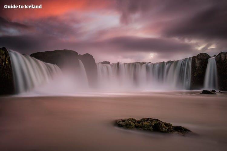 Todos los visitantes deben detenerse en la cascada de Goðafoss mientras siguen la Carretera nº1 a través del norte de Islandia, bajo del sol de medianoche.