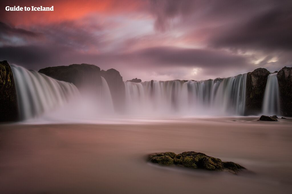 Vattenfallet Goðafoss, som här syns under midnattssolen, är en plats som alla besökare bör stanna till vid när de åker längs Ringvägen genom norra Island.