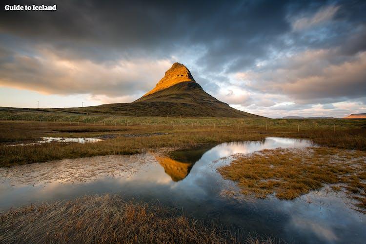 In estate, i mari sono così tranquilli che le montagne, come Kirkjufell, si riflettono in essi.