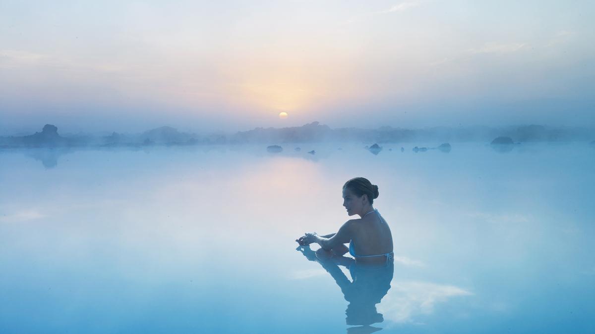 Eine Urlauberin entspannt sich nach ihrer Reise in der zauberhaften Blauen Lagune.