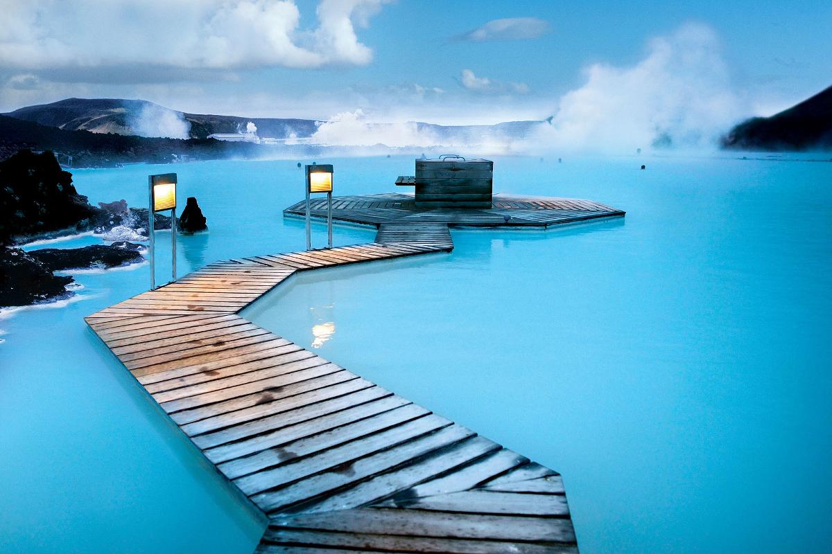 Zanim dotrzesz do Reykjaviku zanurz się w ciepłych, geotermalnych wodach spa Błękitna Laguna.