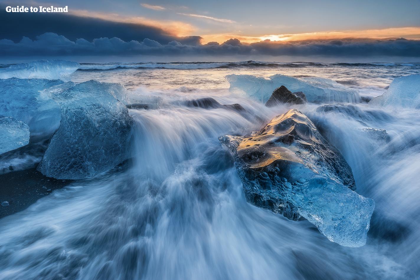 Los icebergs de la laguna glaciar Jökulsárlón se lavan y se pulen en las olas de la Playa Diamante.