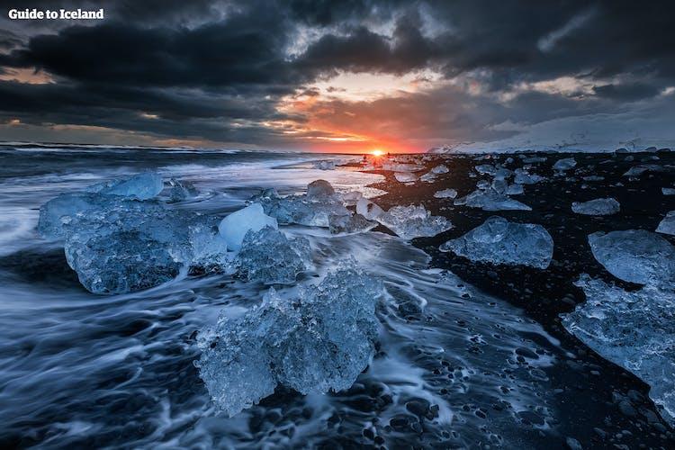 Diamentowa Plaża usłana jest kryształowymi bryłami lodu o różnych wielkościach i kształtach.