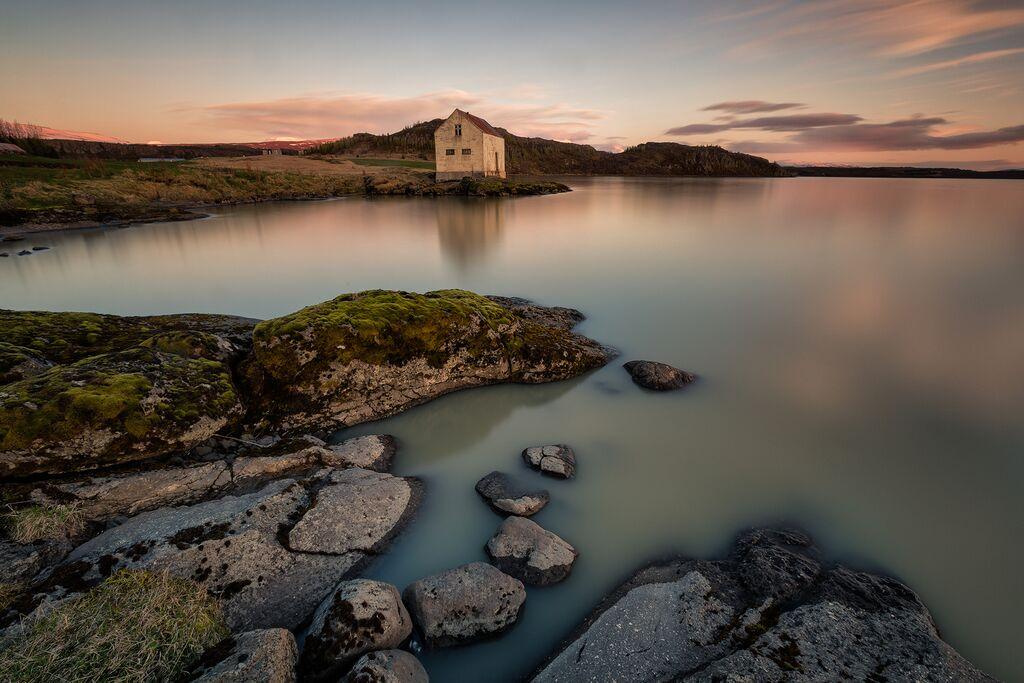 Besuche an einem Sommerabend den Lagarfljót-See im Osten Islands und genieße die Stille.