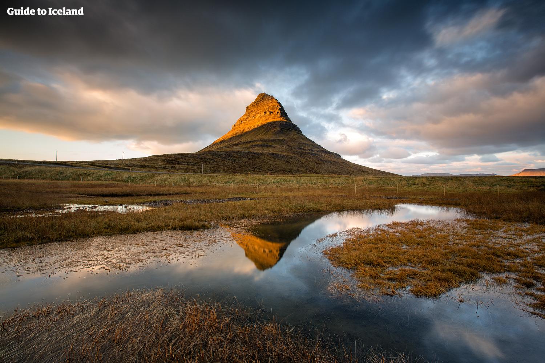 Der Berg Kirkjufell in Westisland hat eine kuriose Form und lohnt auf jeden Fall einen Besuch.