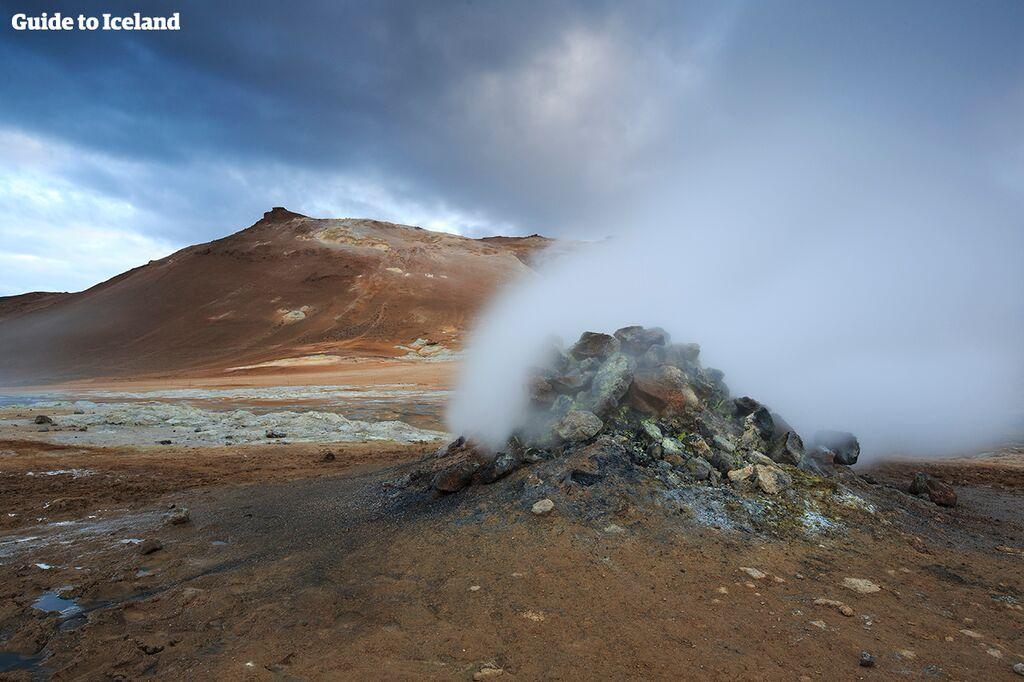 Het gebied rond het meer Mývatn in Noord-IJsland barst van de geologische wonderen, zoals het geothermische gebied Námaskarð.