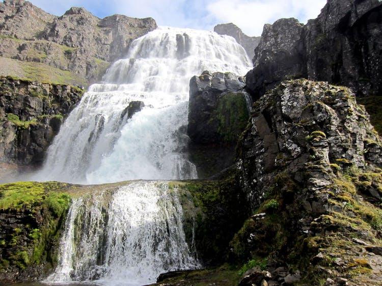 Odwiedź Fiordy Zachodnie Islandii i zobacz Dynjandi, jeden z najbardziej imponujących wodospadów w kraju.