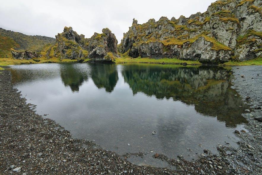 斯奈山半岛的Djúpalónssandur黑沙滩拥有许多造型奇特的熔岩