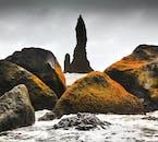 トロールのような形が変わったこの岩はレイニスドランガルと呼ばれます