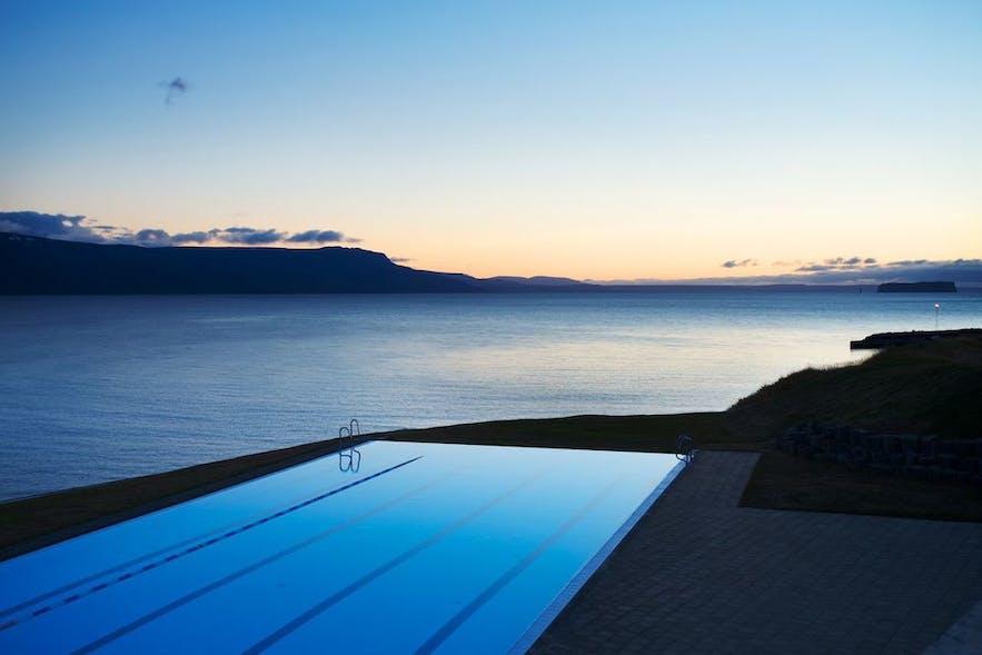 ホフスオゥスの温水プールで見渡す海