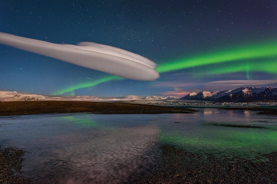 แสงเหนือเกิดขึ้นเหนือทะเลสาบธารน้ำแข็งโจกุลซาลอนที่พบได้ในชายฝั่งทางใต้ของประเทศไอซ์แลนด์.