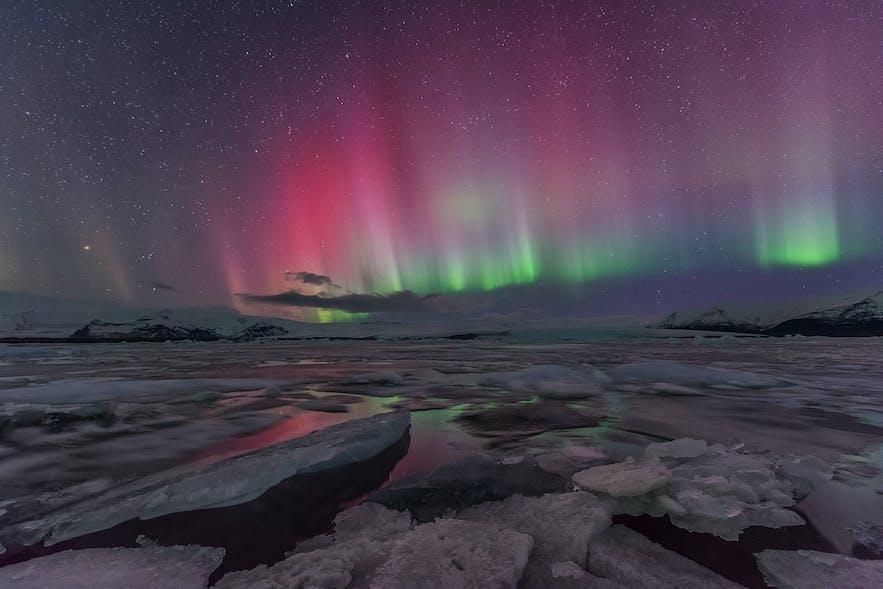 Kolorowa zorza polarna nad laguną Jokulsarlon.