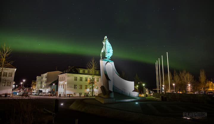 Aurores boréales derrière la status de Leifur Eiriksson à Reykjavik