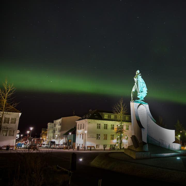 Het noorderlicht verschijnt boven het standbeeld van Leifur Eiríksson, de eerste Europeaan die Amerika ontdekte.