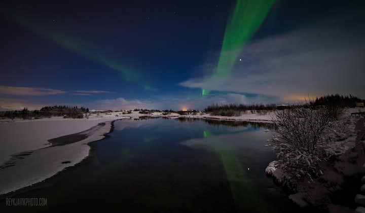 即使在没有完全天黑的情况下北极光也有可能出现在冰岛的空中
