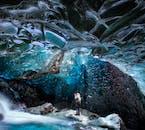 Un rayon de lumière illumine l'une des incroyables grottes de glace de Vatnajökull dans le sud-est de l'Islande.