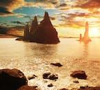 海にそびえるレイニスドランガルの岩は陽の光を浴びたトロールだ、というアイスランドの言い伝えもある