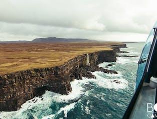 Survol d'innombrables cratères en hélicoptère