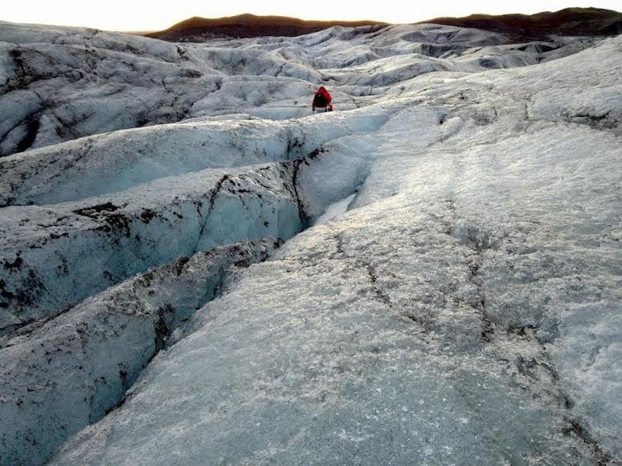 在斯卡夫塔山地区参加冰川徒步