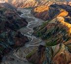 La région de Landmannalaugar dans les montagnes d'Islande est parsemée de montagnes rhyolitiques et de magnifiques rivières glaciaires.