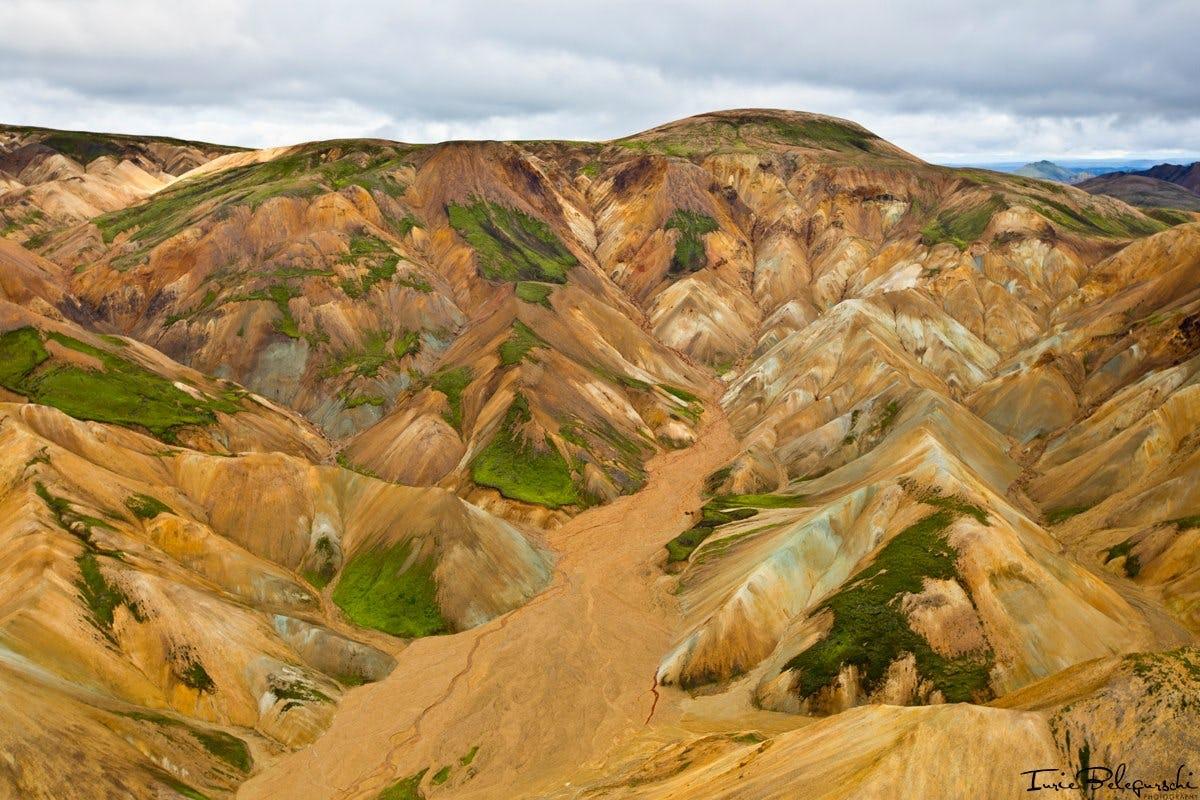 Una de las características naturales más famosas y célebres de Landmannalaugar en las Tierras Altas de Islandia son sus montañas de color riolita.