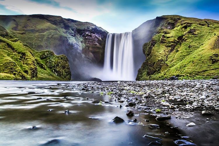 La grande cascade Skógafoss sur la côte sud de l'Islande est l'un des principaux sites de la première journée de cette visite étonnante