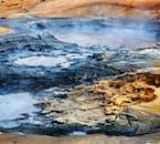 В риолитовых породах геотермальной долины Хаукадалур много бурлящих грязевых бассейнов.