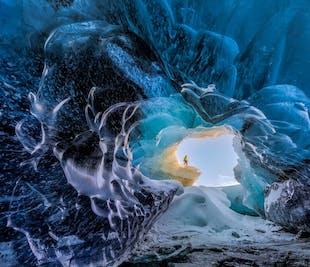 レイキャビク発 氷の洞窟の日帰りツアー(フライト付き)
