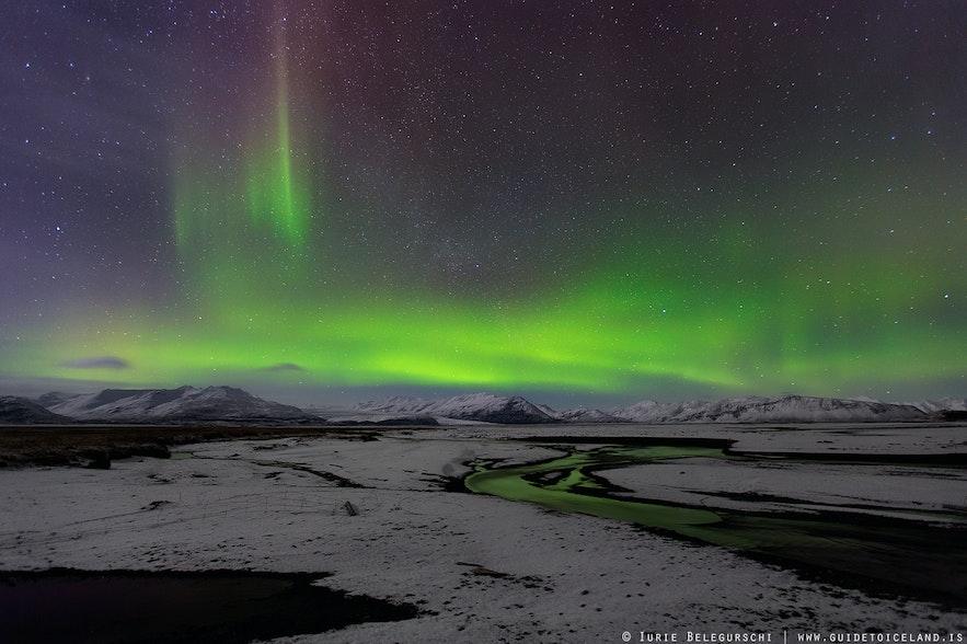 深冬季节冰岛盖上白雪,去追极光最好考虑跟随专业旅行团,保障安全