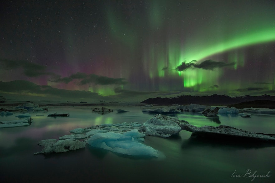 ヨークルスアゥルロゥン氷河湖で見るオーロラ
