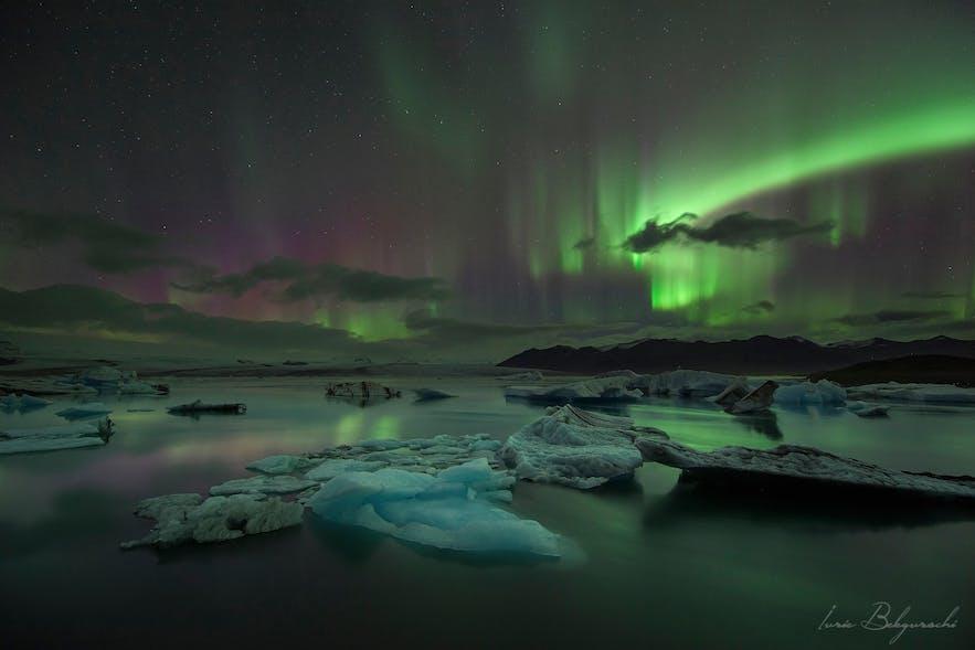 氷河湖の水面にオーロラが映る