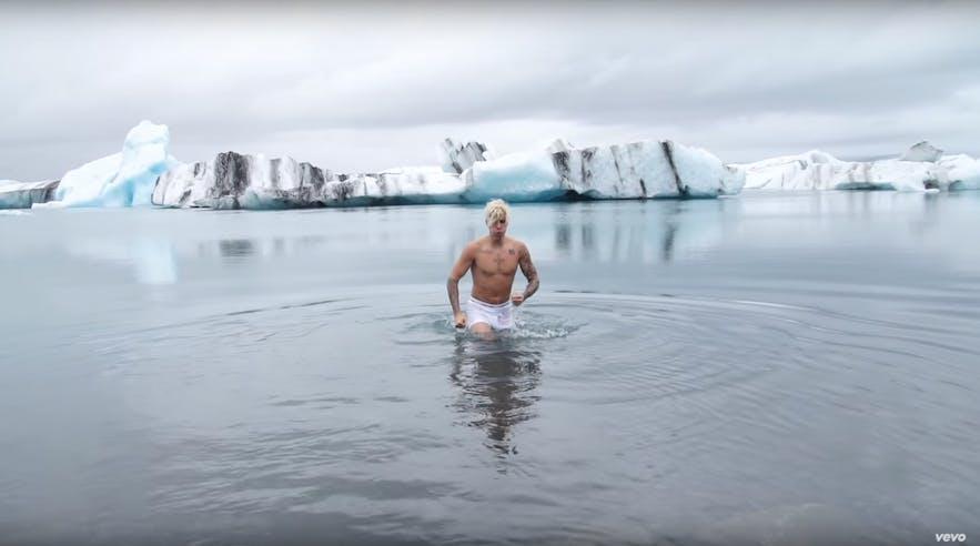 ヨークルスアゥルロゥン氷河湖に入ったジャスティン