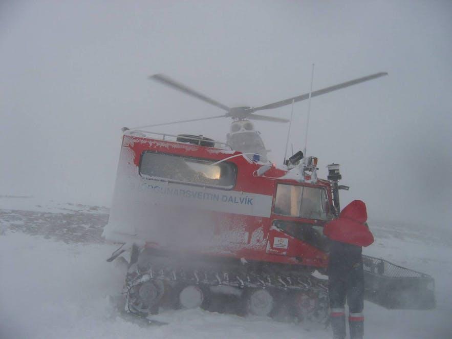 吹雪の中で救助訓練をするアイスランドのレスキュー隊