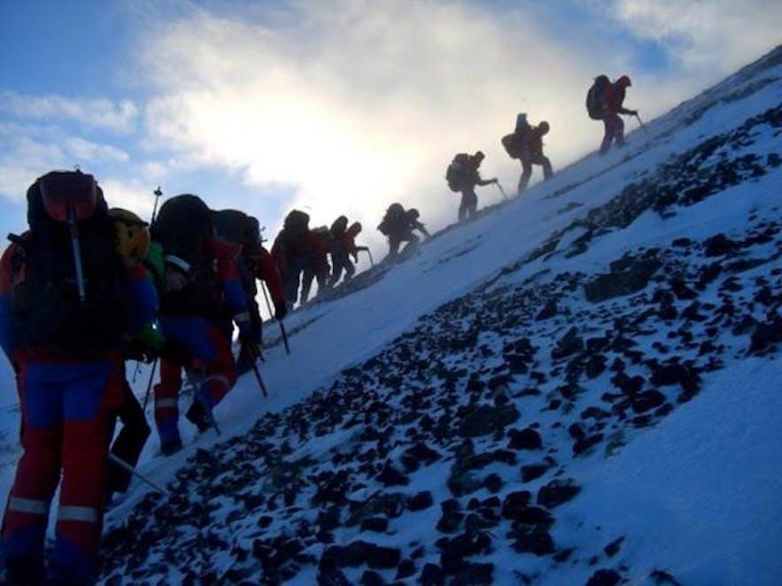 冬山でトレーニングするレスキュー隊