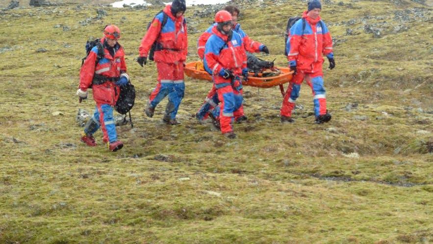 救助活動中のアイスランドのレスキュー隊