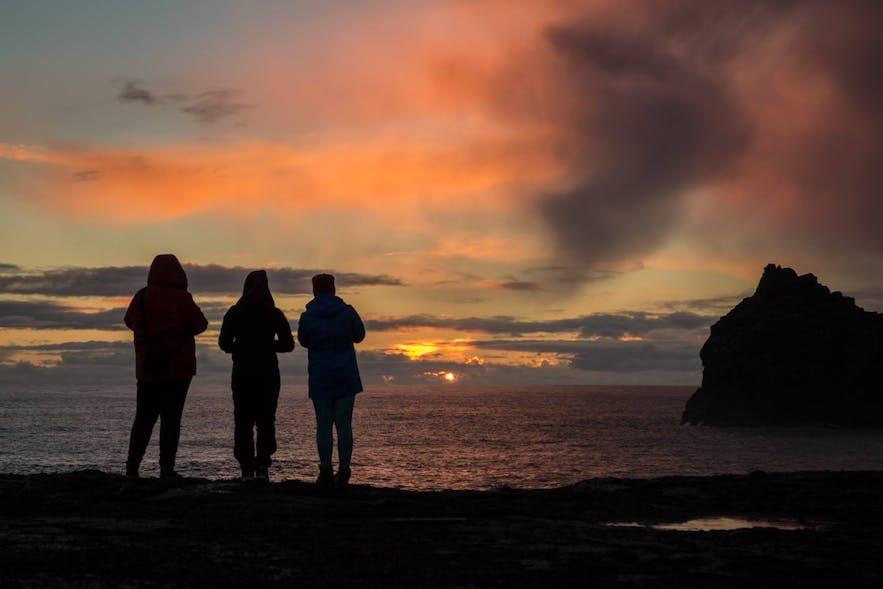 Tourteilnehmer genießen den Sonnenuntergang