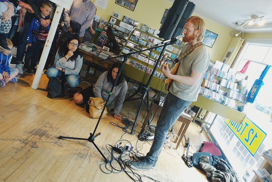 冰岛著名唱片店12 Tonar里的音乐演出
