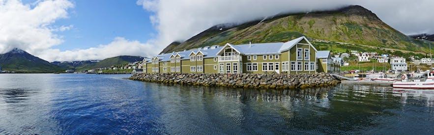 冰岛北部峡湾下镇Siglufjörður的海边酒店