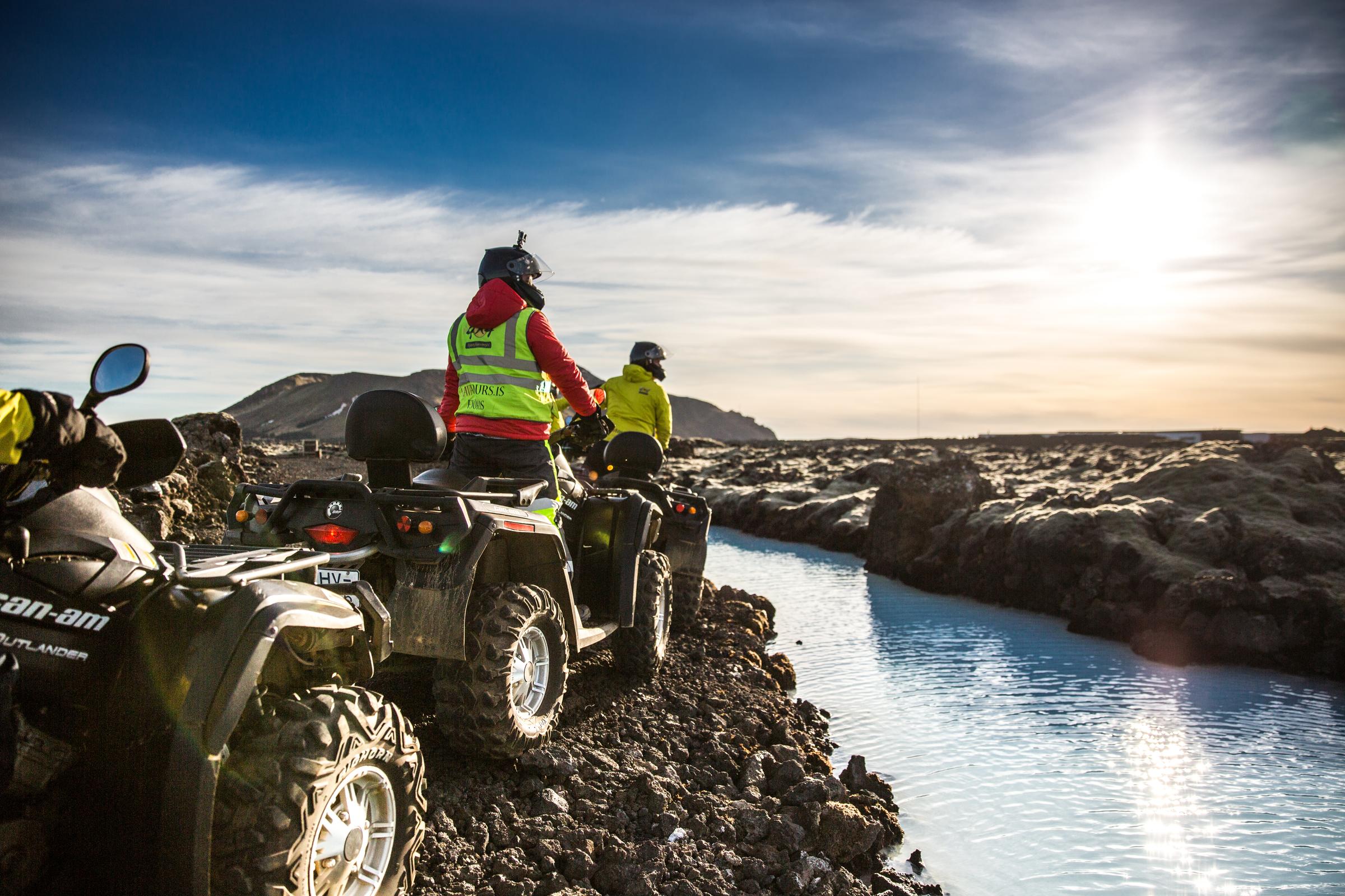 驾驶越野山地车沿雷克亚内斯半岛蓝湖旁崎岖的火山熔岩地貌游览